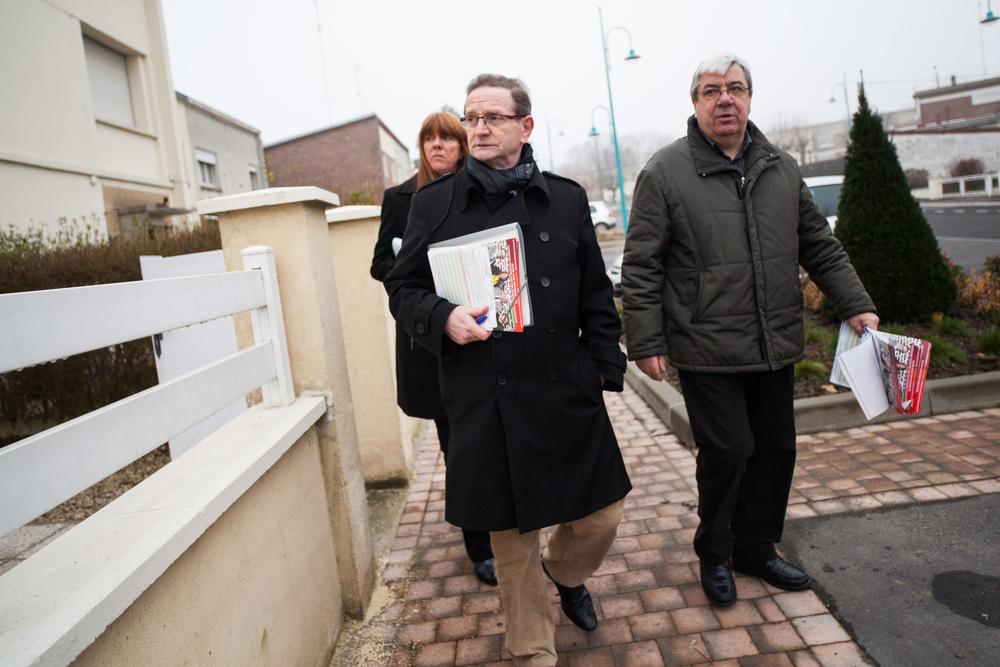 Reportage sur les élections départementales 2015. Campagne des candidats FdG à Trith-St-Léger(59) - porte à porte.  Publié dans L'Humanité.