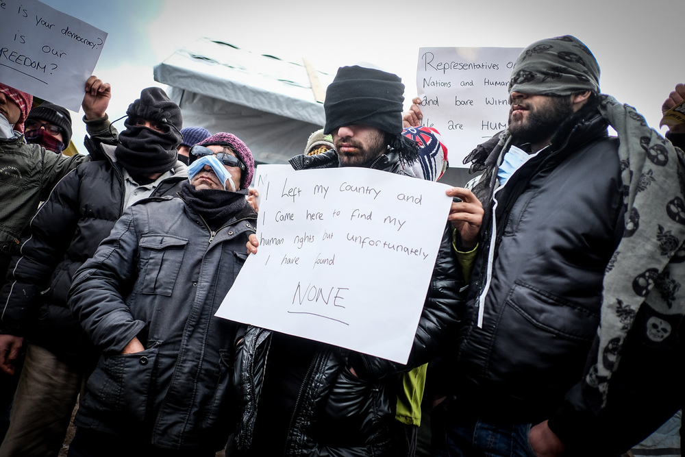 Avec désespoir, 8 iraniens se sont cousus les lèvres en signe de protestation.  L'Humanité - 4.03.16