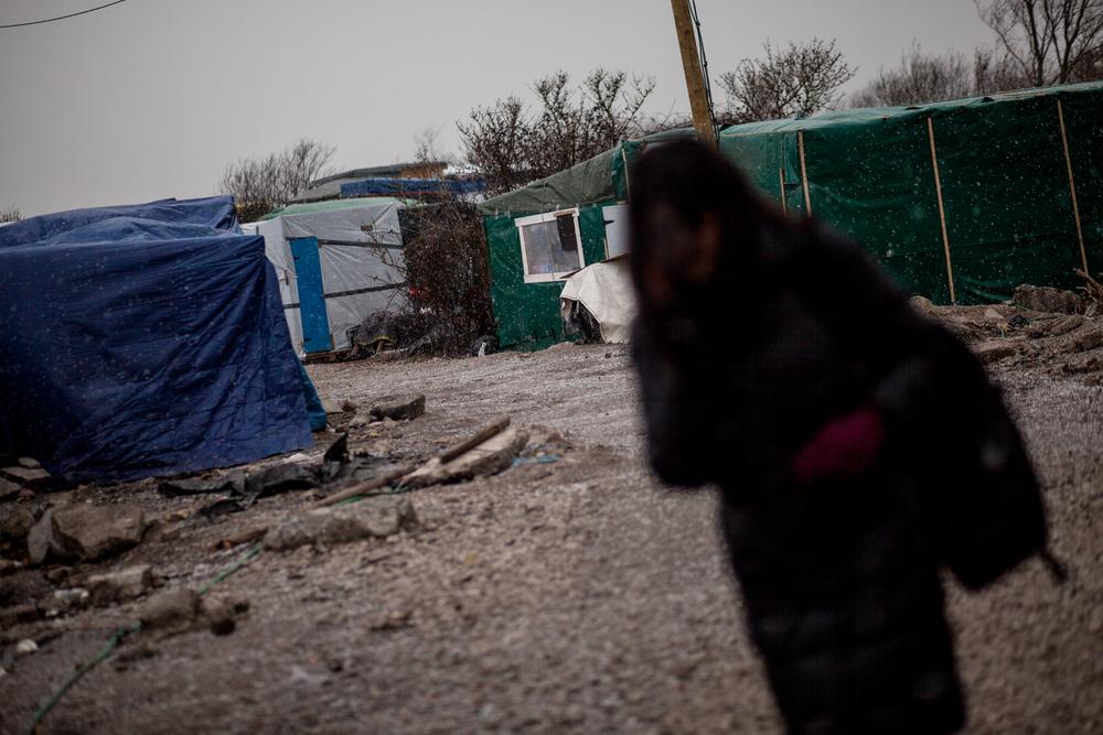 Une pluie de grêle s'abat sur la jungle. Le froid et le vent ont surement entamé l'esprit de résistance qui anime de nombreux migrants.  L'Humanité - 4.03.16
