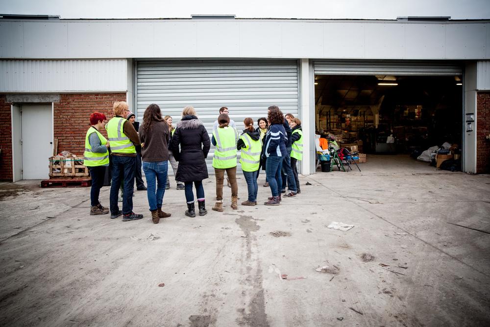 """Les locaux qu'utilise l'association """"L'Auberge des migrants"""" sont dispatchés dans la zone industrielle autour de la ville. Ces hangars sont souvent inoccupés.  Témoignage Chrétien - 23.10.15"""