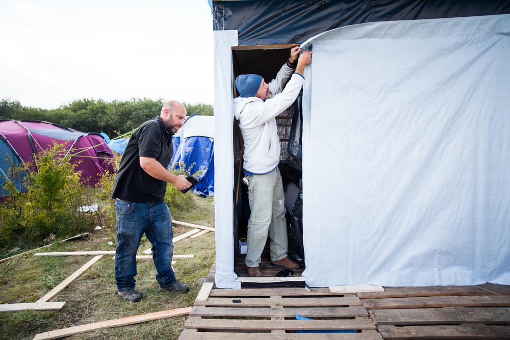 Tony et Vince sont tous les deux britanniques. Ils sont venus début octobre apporter leur aide dans la construction des batiments. Ils sont bénévoles.  Le Monde - 13.10.15
