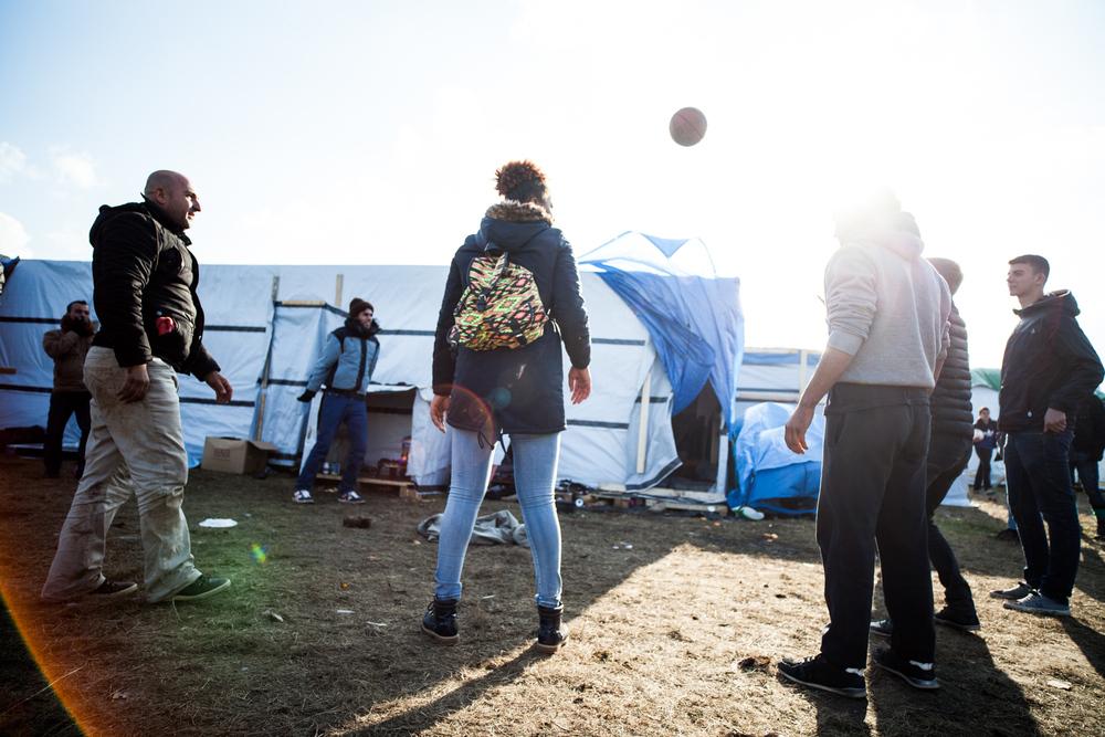 Les temps de jeu permettent de calmer une atmosphère parfois tendue. Ici, de jeunes étudiants belges sont venus deux jours aider les réfugiés.  Le Monde - 13.10.15