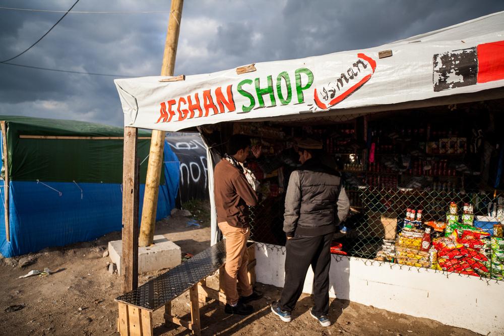 Les magasins de la jungle affichent souvent l'origine du propriétaire.  Le Monde - 13.10.15