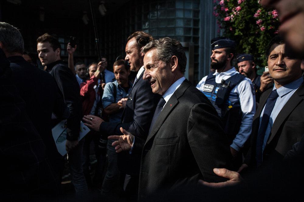 """Nicolas Sarkozy lors de son arrivée dans une librairie à Tourcoing afin de dédicacer son livre, """"Tout pour la France"""". Septembre 2016."""