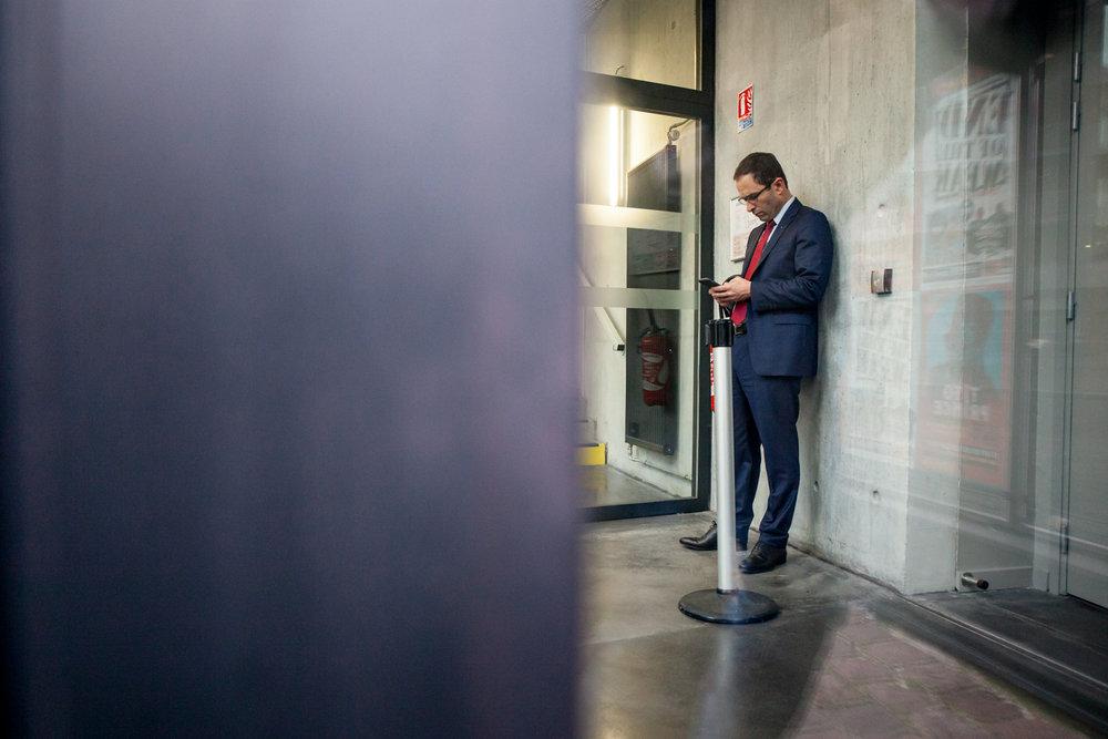 """Benoit Hamon, le vainqueur de la primaire de la """"Belle Alliance Populaire"""", s'écarte de la foule pour recevoir un coup de fil, lors d'un déplacement à Lille, en janvier 2017."""
