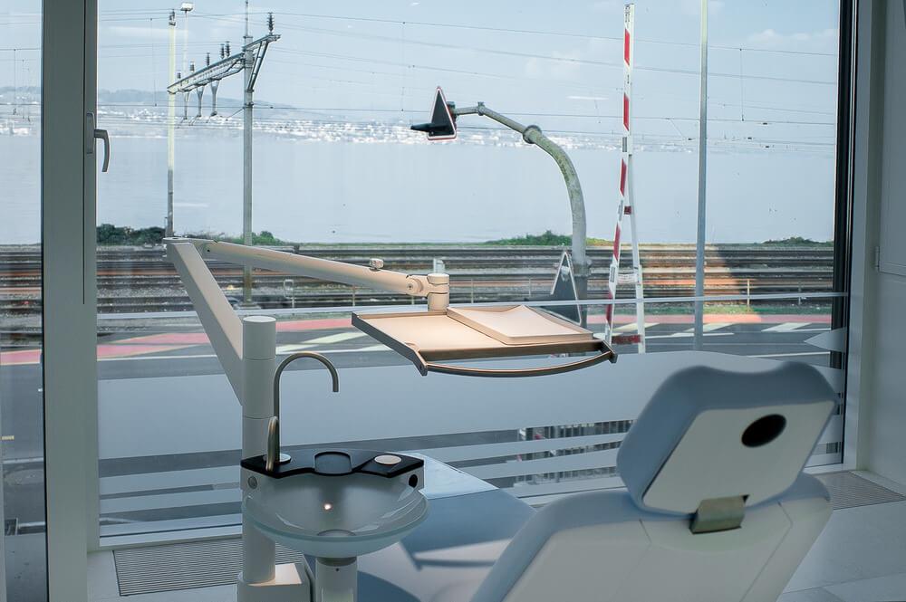 Bei der Praxis LAKESIDE KIEFERORTHO in Wädenswil gestaltet sich jede Behandlung angenehmer mit dem Blick über den Zürichsee.