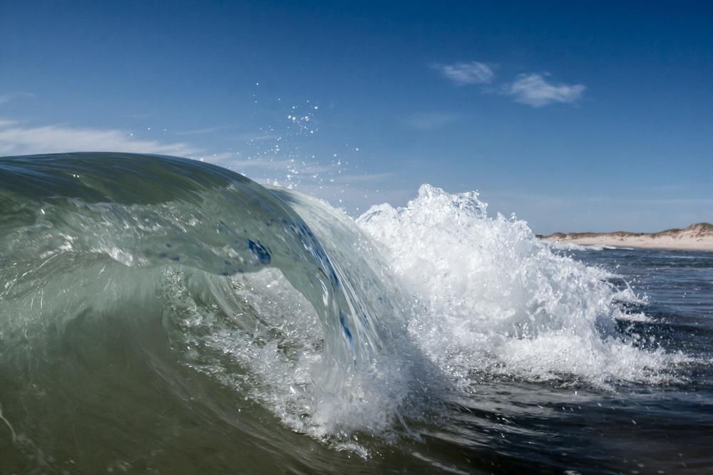 Photo de paysage aux Iles de la Madeleine - vague cassante à la plage du Corfu