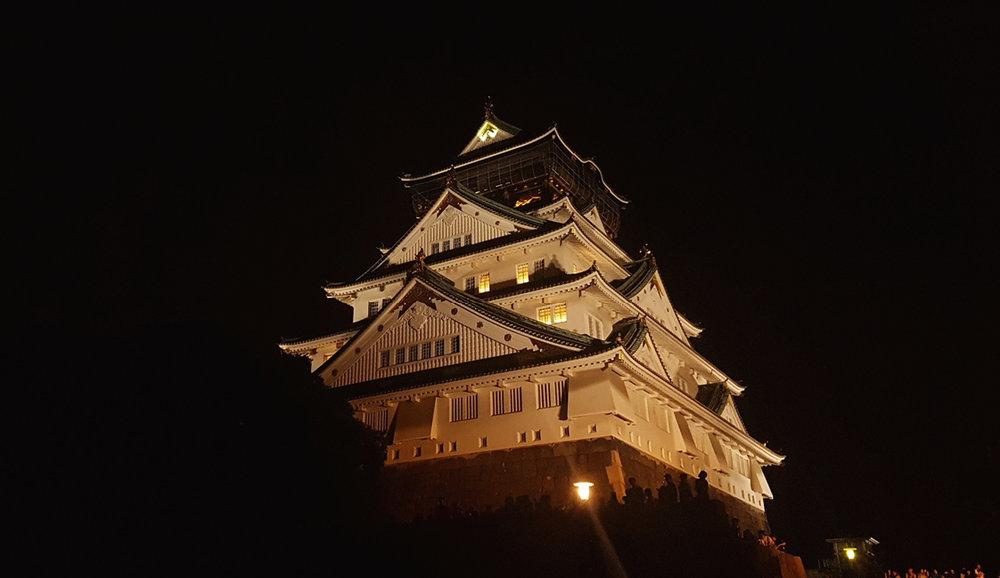 Osaka . Visitamos su castillo y nos damos un paseo por la bahía, un lugar de referencia para hacer compras y degustar la gastronomía japonesa.