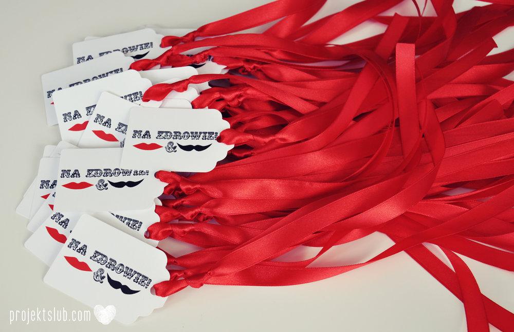 Oryginalne zaproszenia ślubne ze zdjęciem motyw przewodni usta i wąsy czerwona wstążka czarno białe nowoczesne retro projekt ślub (3).jpg