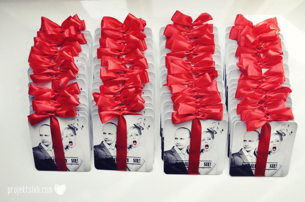 Oryginalne zaproszenia ślubne ze zdjęciem motyw przewodni usta i wąsy czerwona wstążka czarno białe nowoczesne retro projekt ślub (6).JPG