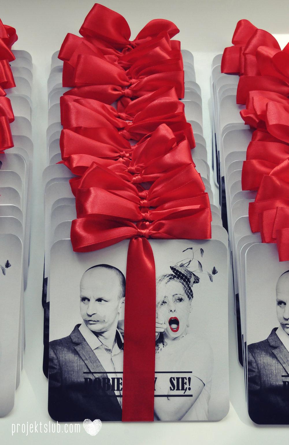 Oryginalne zaproszenia ślubne ze zdjęciem motyw przewodni usta i wąsy czerwona wstążka czarno białe nowoczesne retro projekt ślub (7).JPG