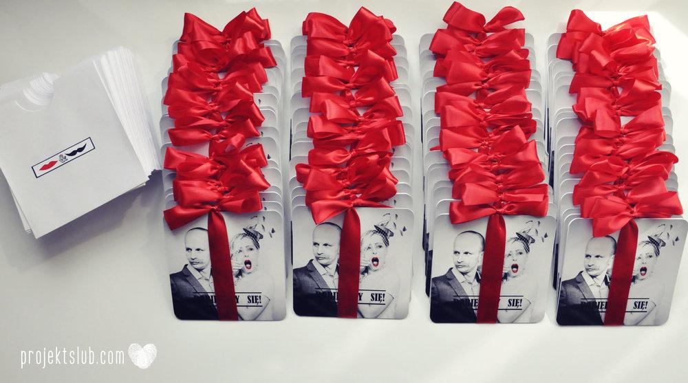 Oryginalne zaproszenia ślubne ze zdjęciem motyw przewodni usta i wąsy czerwona wstążka czarno białe nowoczesne retro projekt ślub (5).JPG