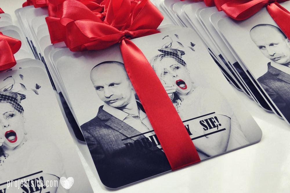 Oryginalne zaproszenia ślubne ze zdjęciem motyw przewodni usta i wąsy czerwona wstążka czarno białe nowoczesne retro projekt ślub (8).JPG