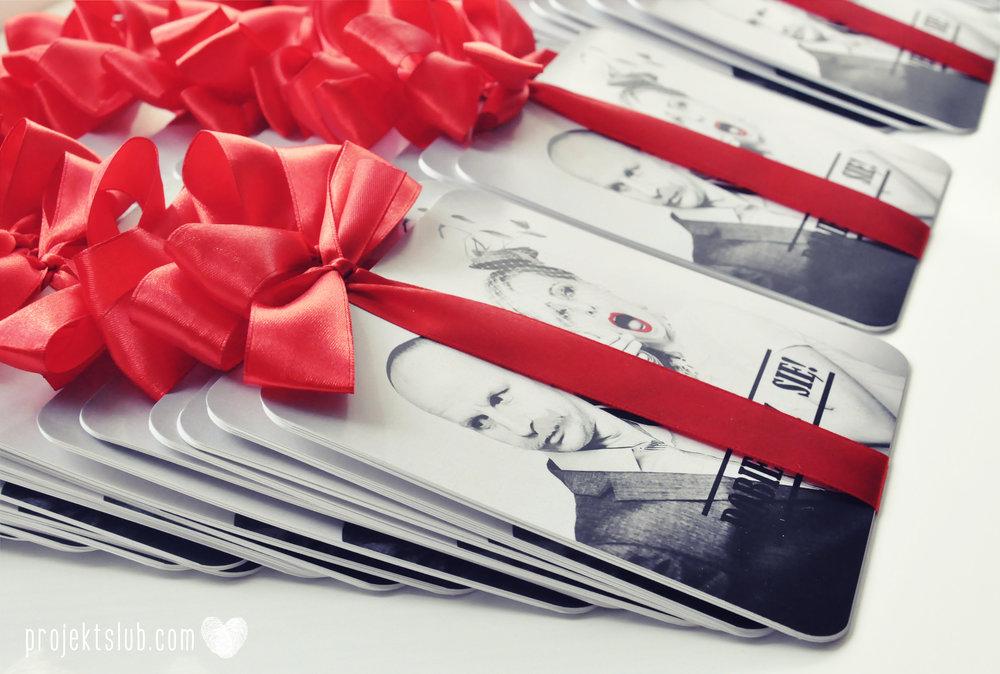 Oryginalne zaproszenia ślubne ze zdjęciem motyw przewodni usta i wąsy czerwona wstążka czarno białe nowoczesne retro projekt ślub (9).JPG