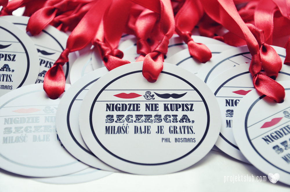 Oryginalne zaproszenia ślubne ze zdjęciem motyw przewodni usta i wąsy czerwona wstążka czarno białe nowoczesne retro projekt ślub (14).jpg