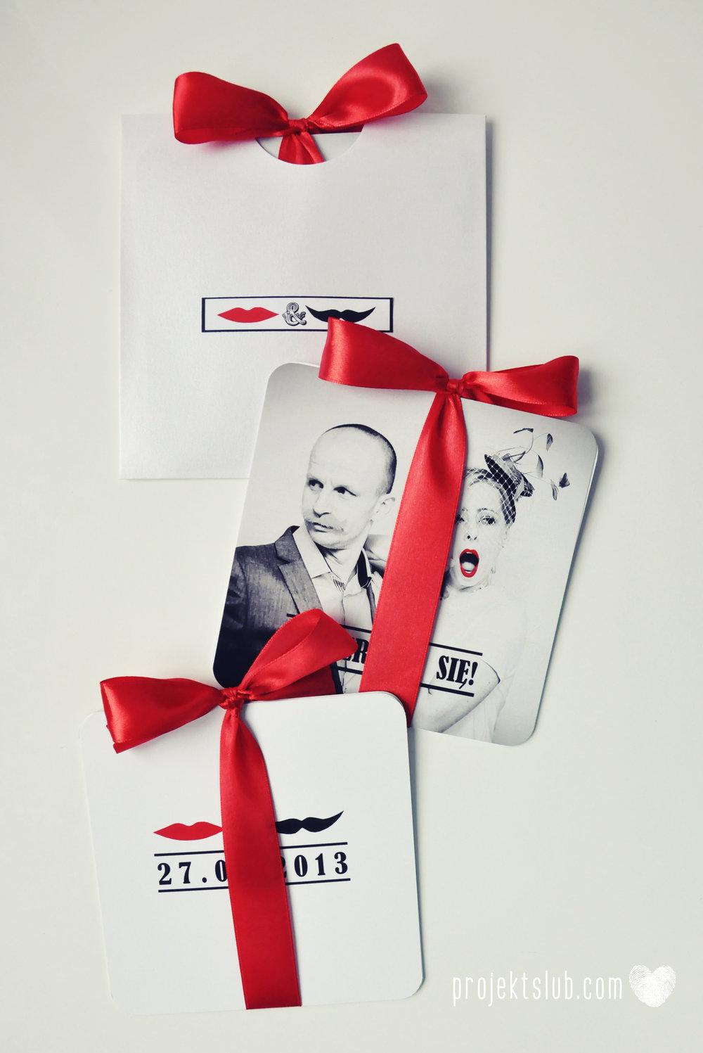 Oryginalne zaproszenia ślubne ze zdjęciem motyw przewodni usta i wąsy czerwona wstążka czarno białe nowoczesne retro projekt ślub (22).JPG