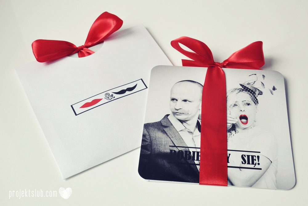 Oryginalne zaproszenia ślubne ze zdjęciem motyw przewodni usta i wąsy czerwona wstążka czarno białe nowoczesne retro projekt ślub (18).JPG