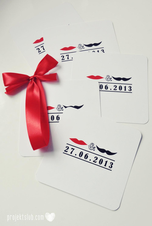 Oryginalne zaproszenia ślubne ze zdjęciem motyw przewodni usta i wąsy czerwona wstążka czarno białe nowoczesne retro projekt ślub (24).JPG