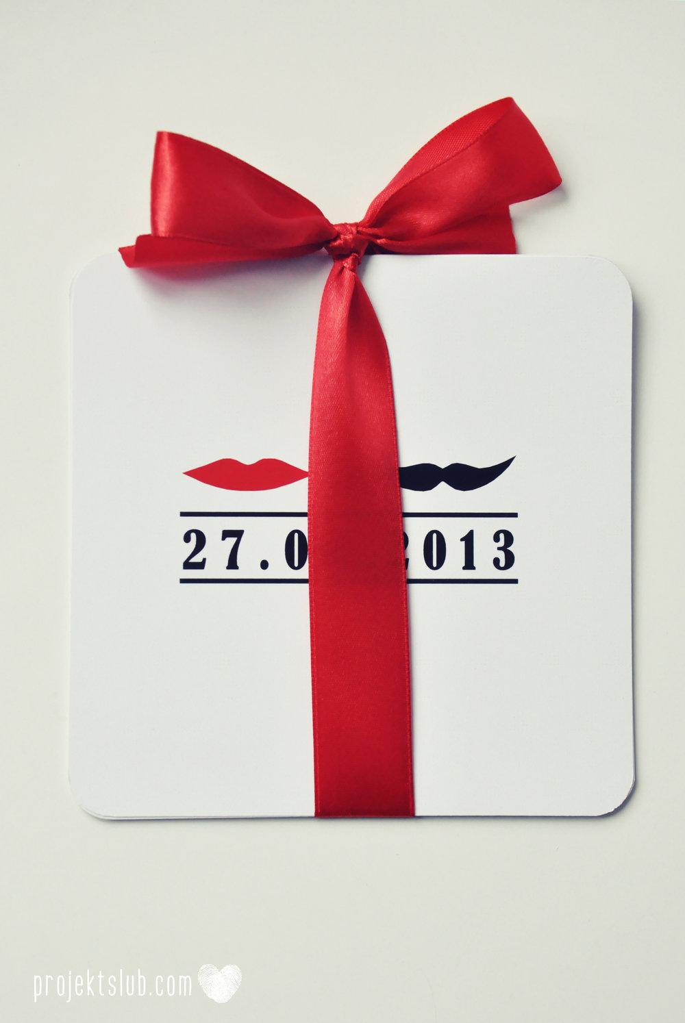 Oryginalne zaproszenia ślubne ze zdjęciem motyw przewodni usta i wąsy czerwona wstążka czarno białe nowoczesne retro projekt ślub (23).JPG