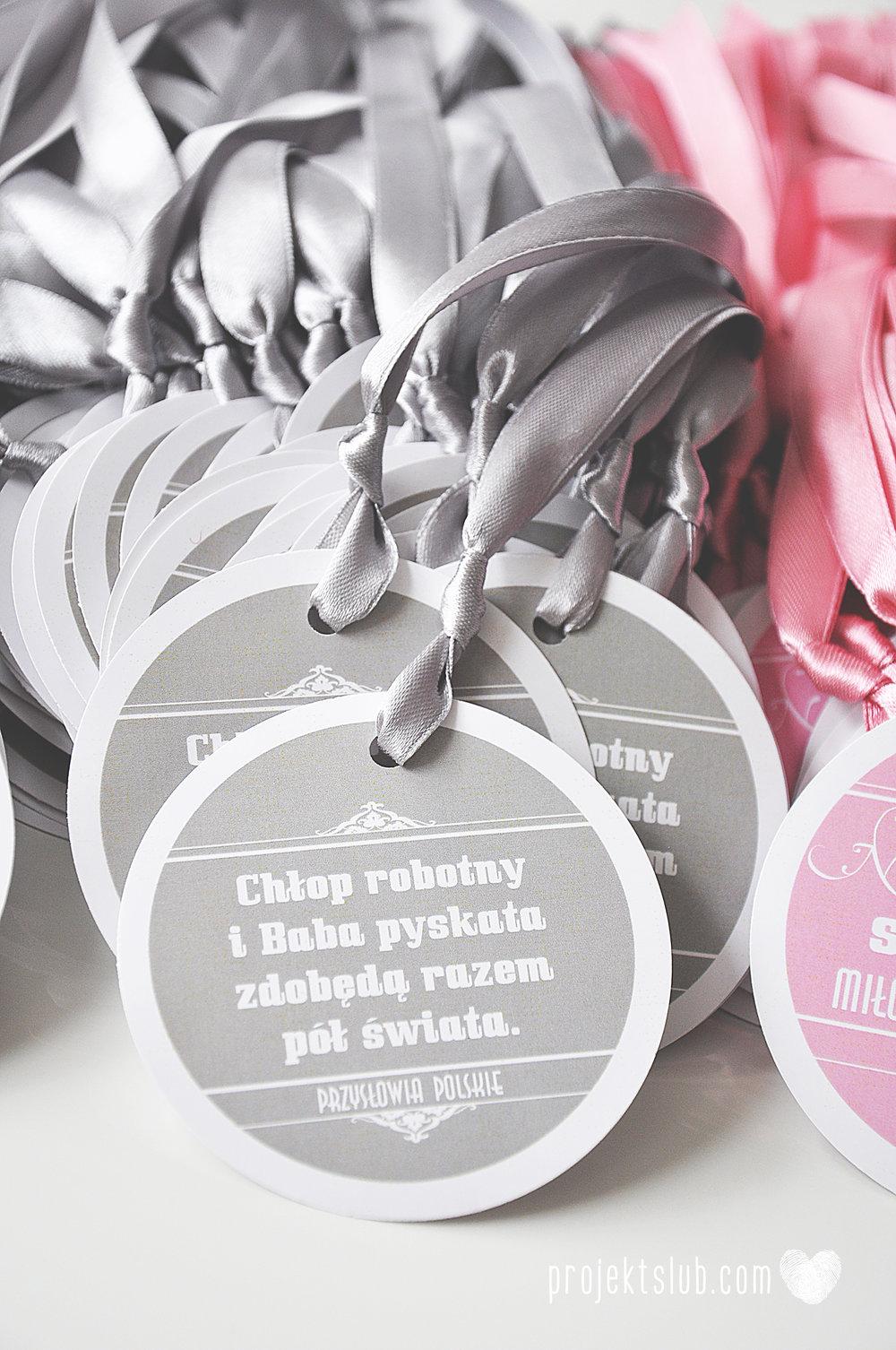 Zaproszenia poczuj miętę z motywem młodej pary buty ślubne hobby grafiki zdjęcia szary róż dodatki weselne zawieszki menu papetria projekt ślub (17).jpg