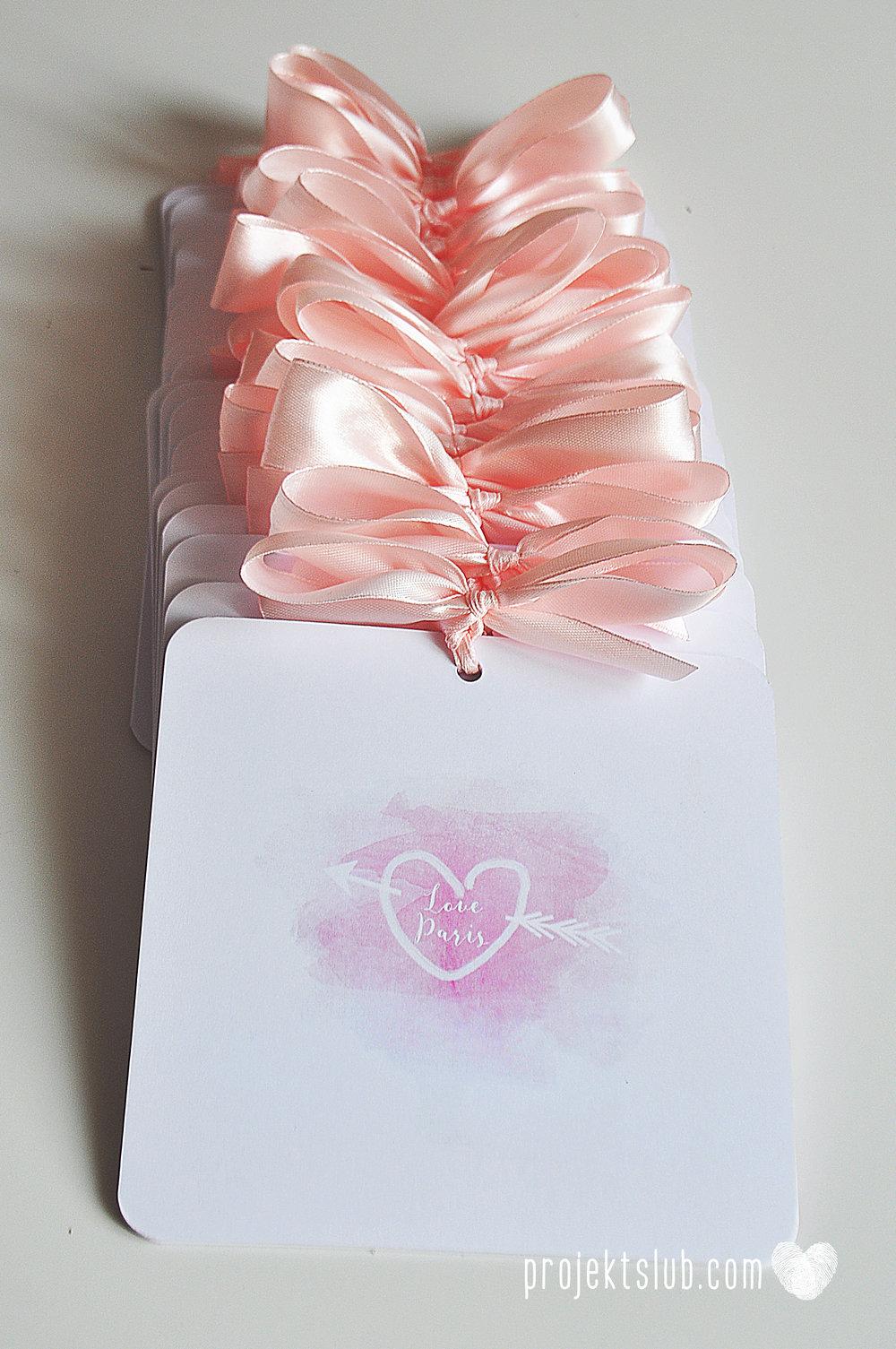zaproszenia ślubne z kokardą eleganckie oryginalne nowoczesne rysunkowe pastelowe pudrowy róż wieża eiffel zakochani w paryżu zdjęcia  projekt ślub (12).jpg