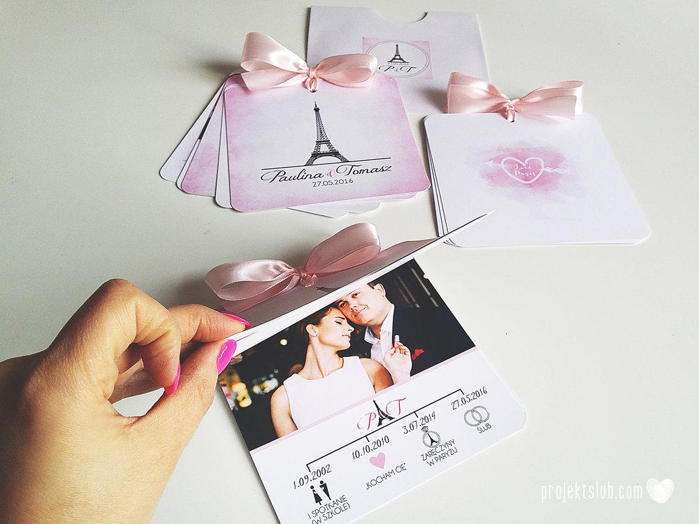 zaproszenia ślubne z kokardą eleganckie oryginalne nowoczesne rysunkowe pastelowe pudrowy róż wieża eiffel zakochani w paryżu zdjęcia  projekt ślub (1).jpg