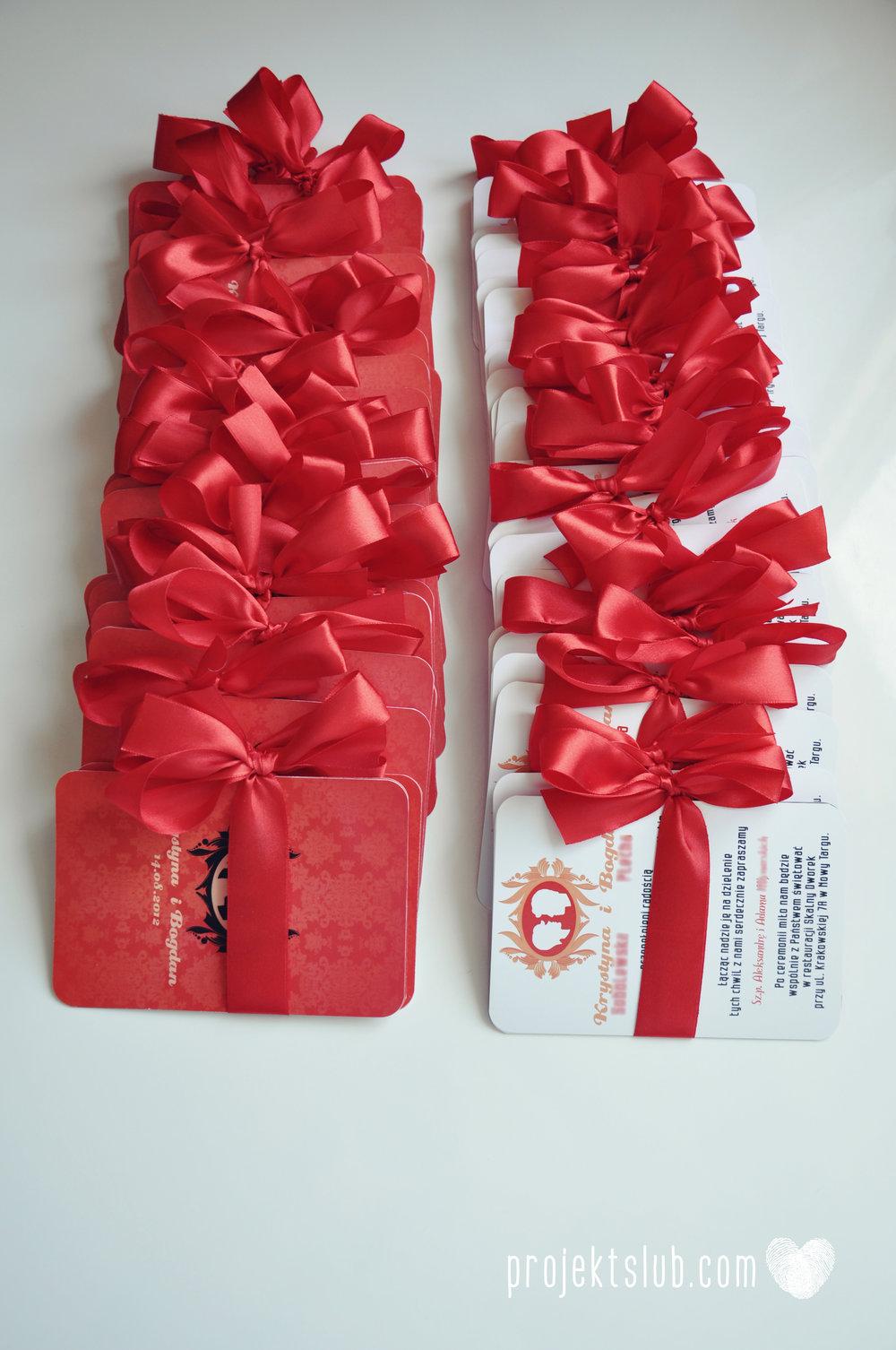 Oryginalne zaproszenie ślubne z kameą czerwone ze wstążką i zdjęciem narzeczonych wyjątkowy design elegancka grafika Czerwień Kamei Projekt Ślub (9).jpg