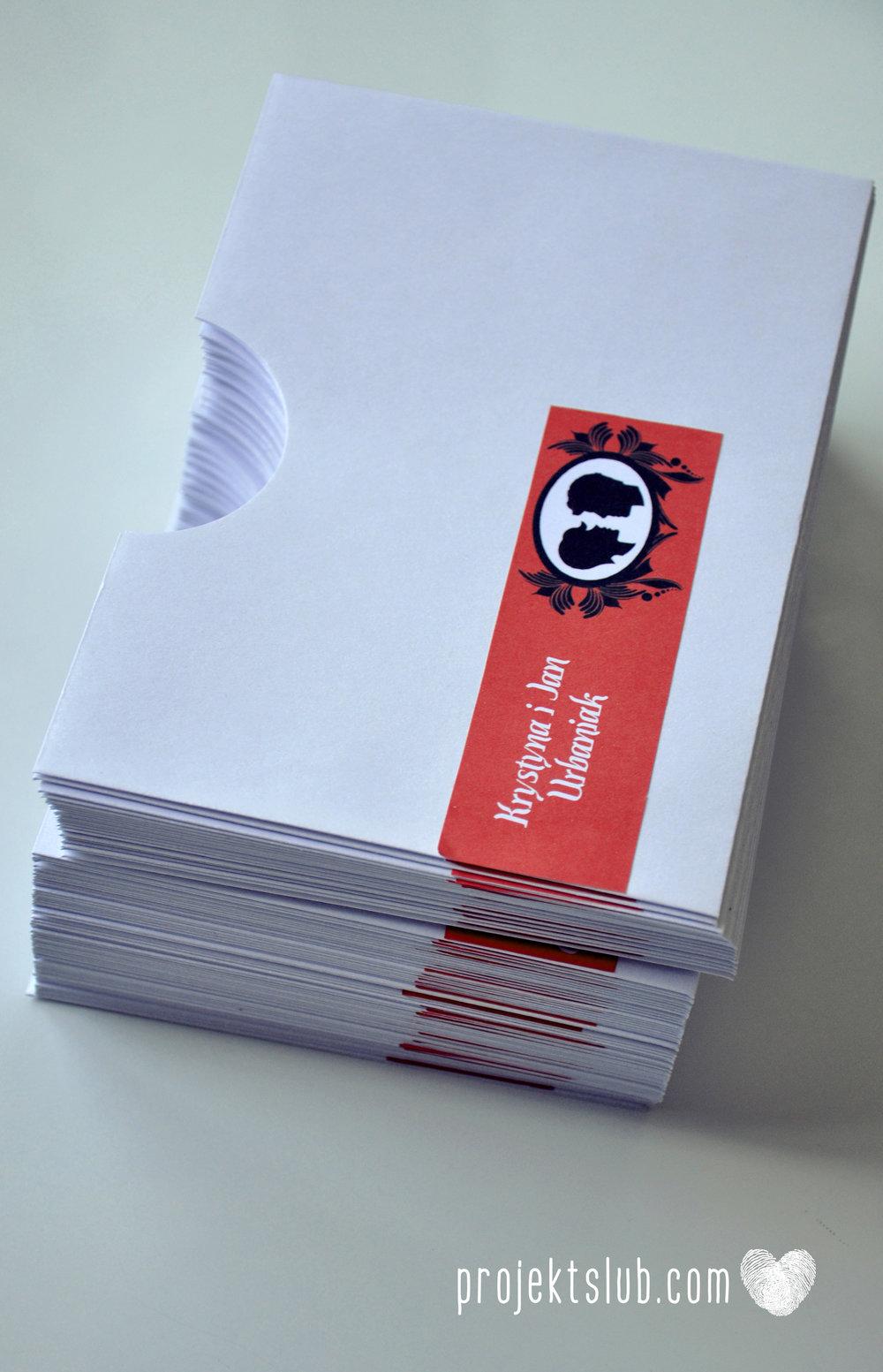 Oryginalne zaproszenie ślubne z kameą czerwone ze wstążką i zdjęciem narzeczonych wyjątkowy design elegancka grafika Czerwień Kamei Projekt Ślub (10).jpg