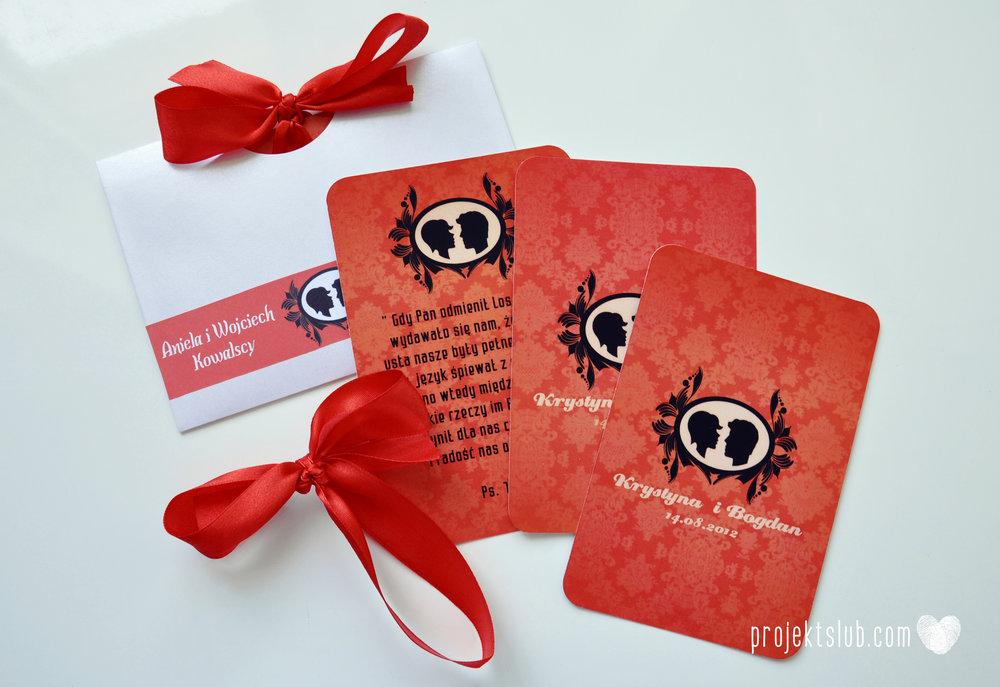 Oryginalne zaproszenie ślubne z kameą czerwone ze wstążką i zdjęciem narzeczonych wyjątkowy design elegancka grafika Czerwień Kamei Projekt Ślub (11).jpg