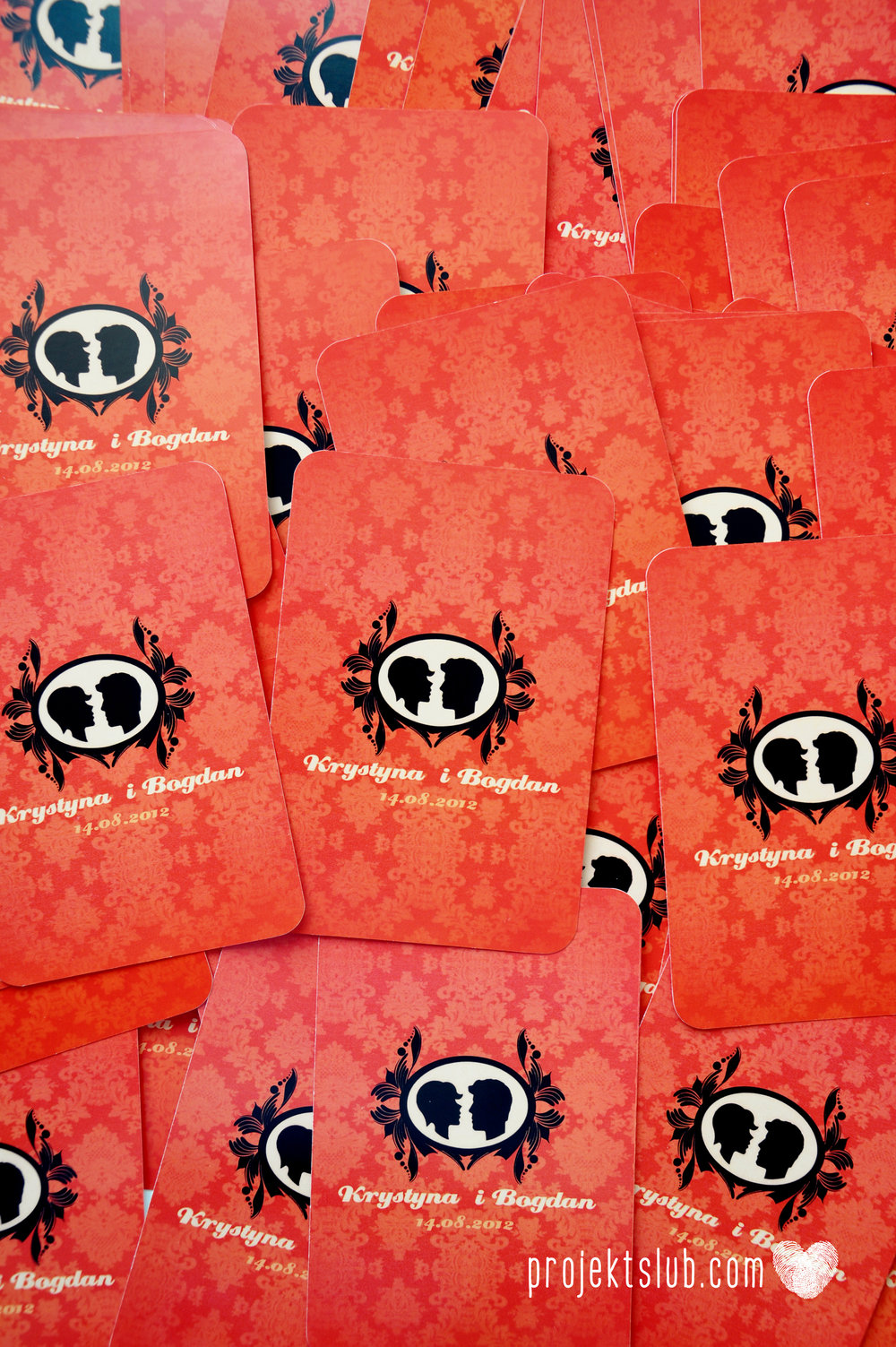 Oryginalne zaproszenie ślubne z kameą czerwone ze wstążką i zdjęciem narzeczonych wyjątkowy design elegancka grafika Czerwień Kamei Projekt Ślub (15).jpg