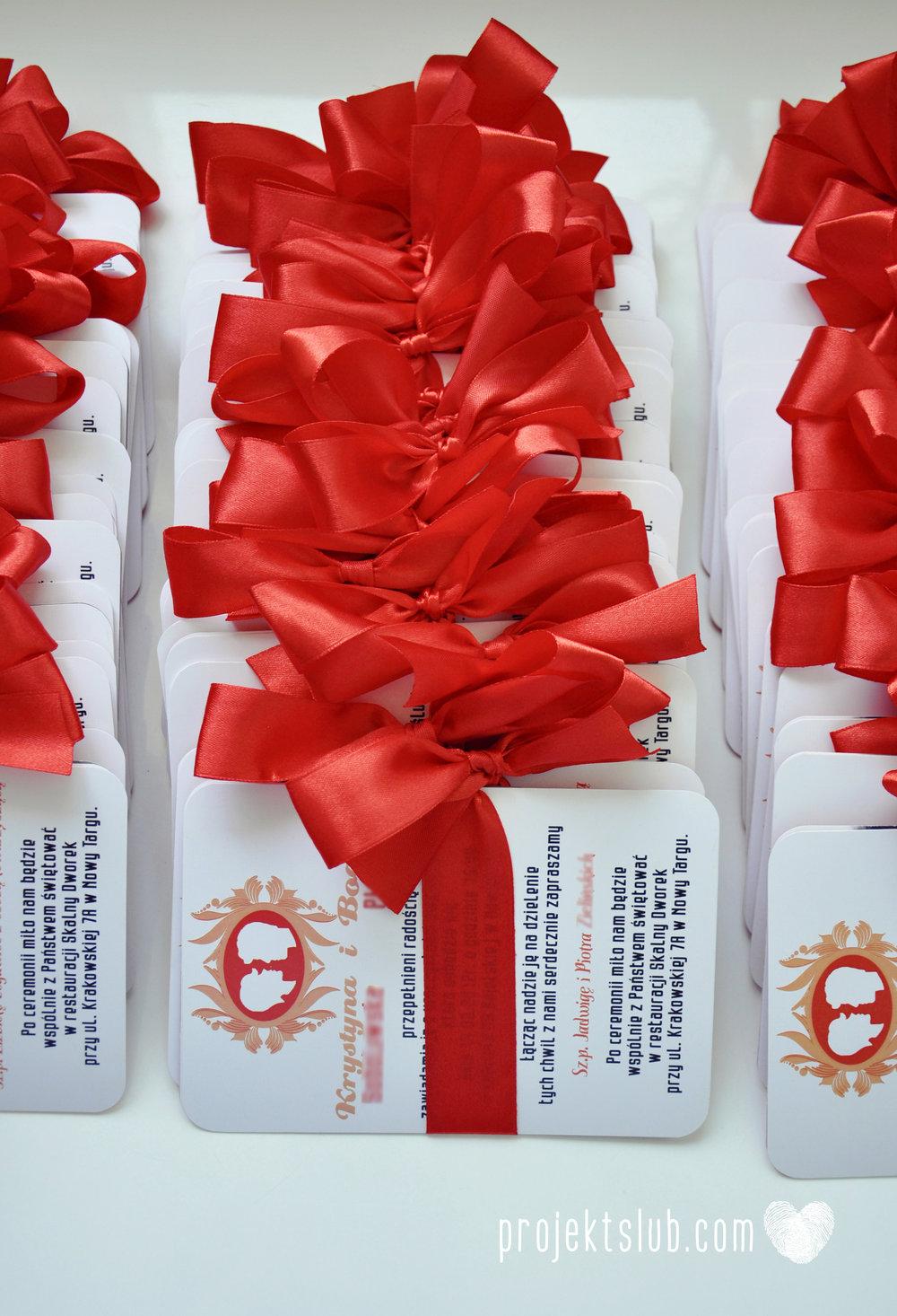 Oryginalne zaproszenie ślubne z kameą czerwone ze wstążką i zdjęciem narzeczonych wyjątkowy design elegancka grafika Czerwień Kamei Projekt Ślub (17).jpg