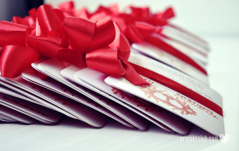 Oryginalne zaproszenie ślubne z kameą czerwone ze wstążką i zdjęciem narzeczonych wyjątkowy design elegancka grafika Czerwień Kamei Projekt Ślub (2).jpg