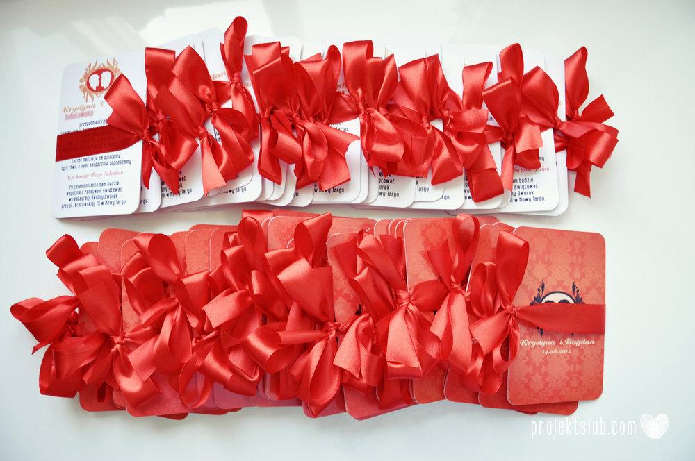 Oryginalne zaproszenie ślubne z kameą czerwone ze wstążką i zdjęciem narzeczonych wyjątkowy design elegancka grafika Czerwień Kamei Projekt Ślub (3).jpg