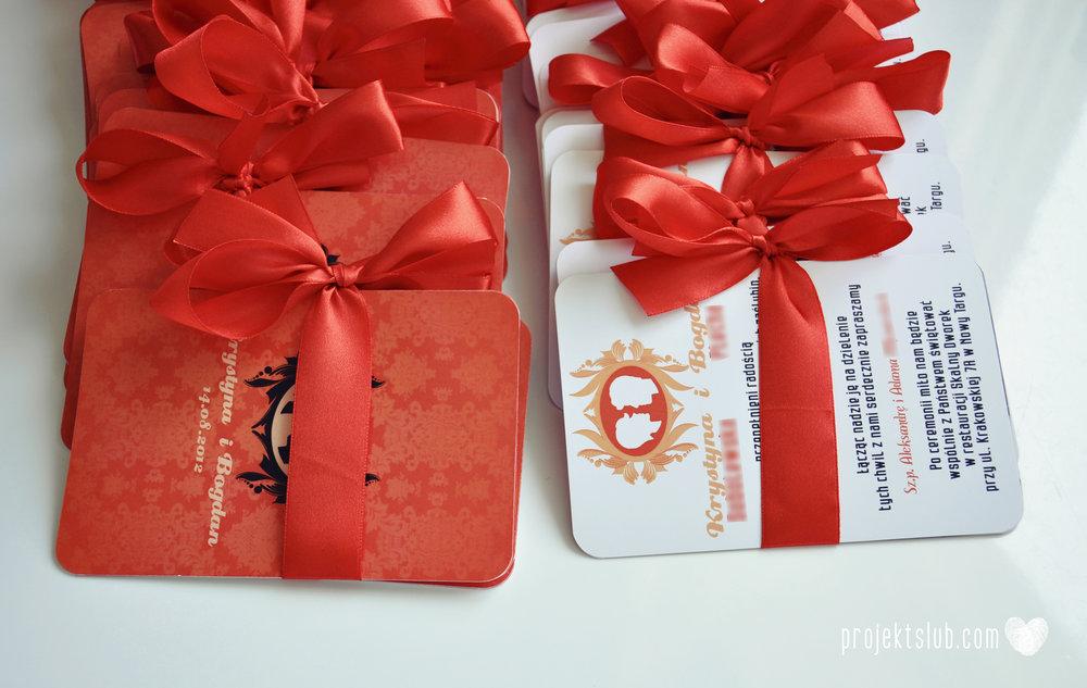 Oryginalne zaproszenie ślubne z kameą czerwone ze wstążką i zdjęciem narzeczonych wyjątkowy design elegancka grafika Czerwień Kamei Projekt Ślub (4).jpg