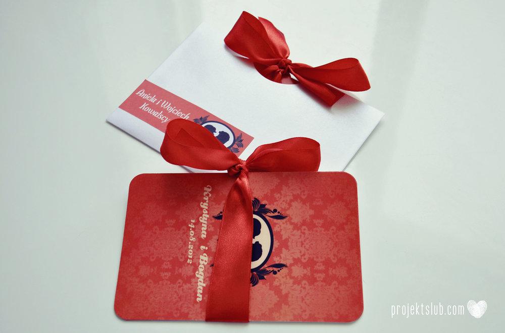 Oryginalne zaproszenie ślubne z kameą czerwone ze wstążką i zdjęciem narzeczonych wyjątkowy design elegancka grafika Czerwień Kamei Projekt Ślub (5).jpg