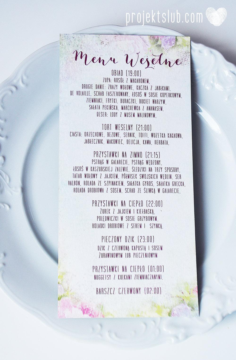 menu weselne ułożone na talerzu gościa z winietką personalizacja karta DL Projekt Ślub.jpg