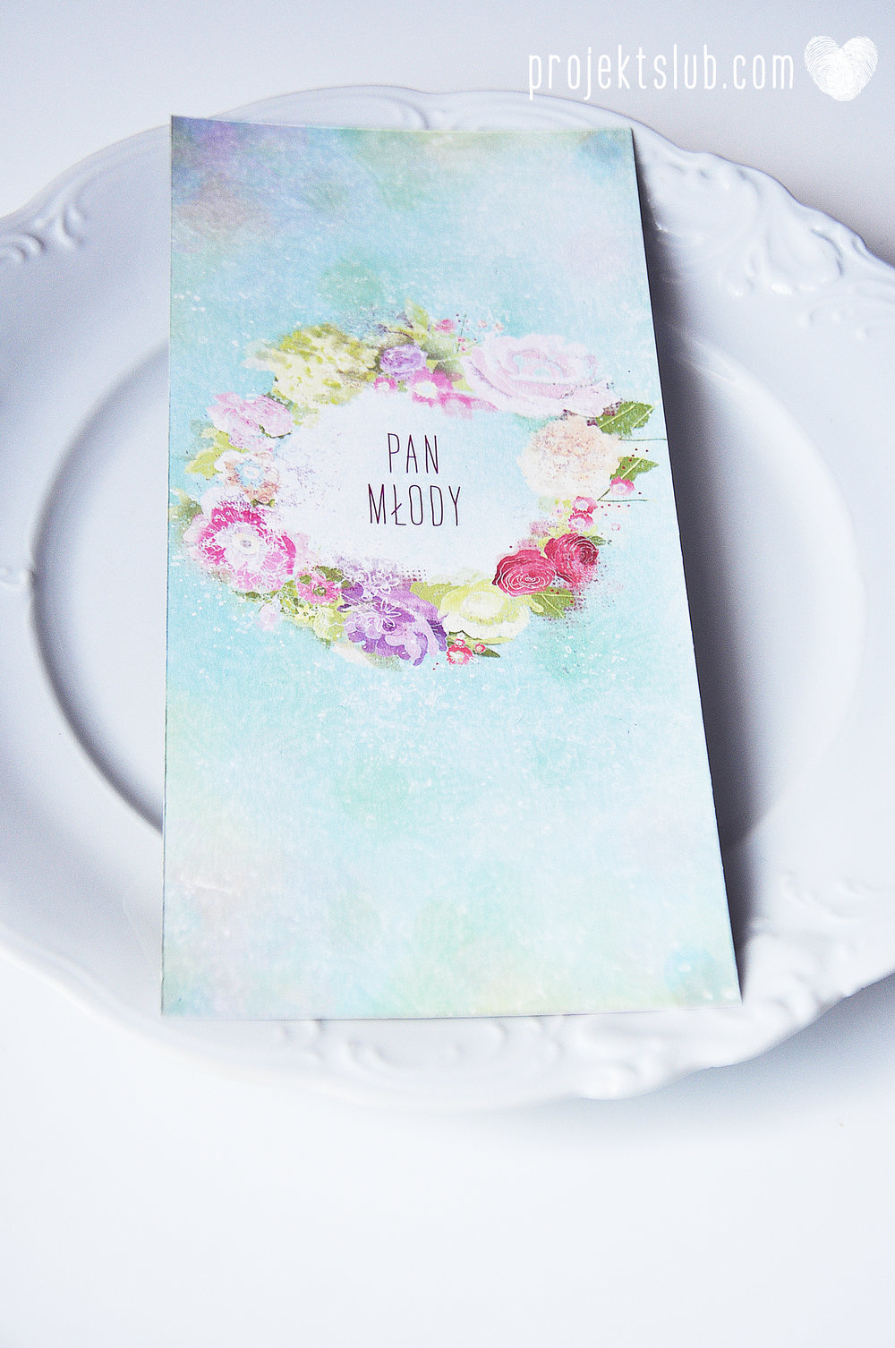 menu weselne ułożone na talerzu gościa z winietką personalizacja karta DL Projekt Ślub 1.jpg