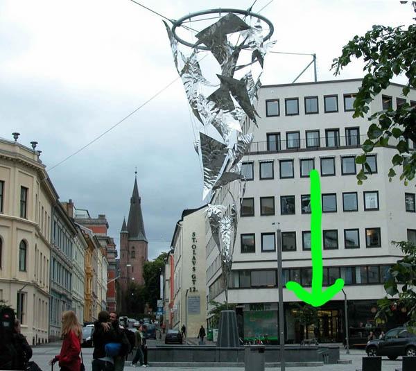 Den såkalte lysfontenen er i det minste et godt landemerke for å finne St Olavs plass.Inngangen til Reiseklinikken ligger på hjørnet, ved bakeriet Blings. Vi har ikke noe skilt, men navnet står på lystavla ved ringeklokka. Bruk piltasten.