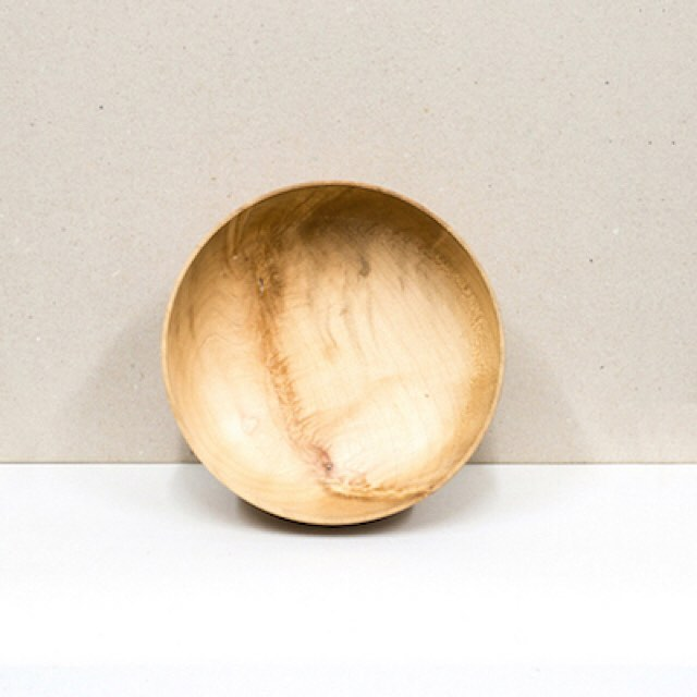 A great serving or display bowl. Hand carved by the talented Leoni, using locally grown and reclaimed wood in South London. See link in bio and check out our kitchenware department #sustainableliving #giftshop #ethical #eco #sustainable #organic #organiccotton #organicliving #chemicalfree #fairtrade #homewares #interiorinspiration #interior_design #homesinterior #ecofriendly #naturalliving #handmadeaccessories #handmadeshop #shophandmade #handmadegifts #homeinterior #homeliving #interiordecorating #sustainableluxury #tableware #bowl #bowls #woodenbowl #kitchenware #sustainableliving
