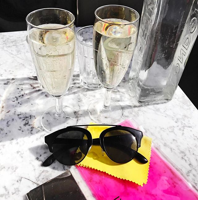 In between work sessions we got time to enjoy the sunshine and some bubbles! ☀️🥂Last few spots going for the workshop tomorrow. Link in bio 👏🏼✨ #entrepreneur #workshop #worktrip #freelancing #brandtoolkit #london #hackney #workdotlife #sunshine #marble #sunglasses #bubbles