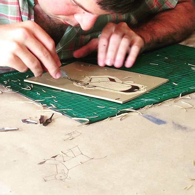 Hoy estamos haciendo piezas en linóleo