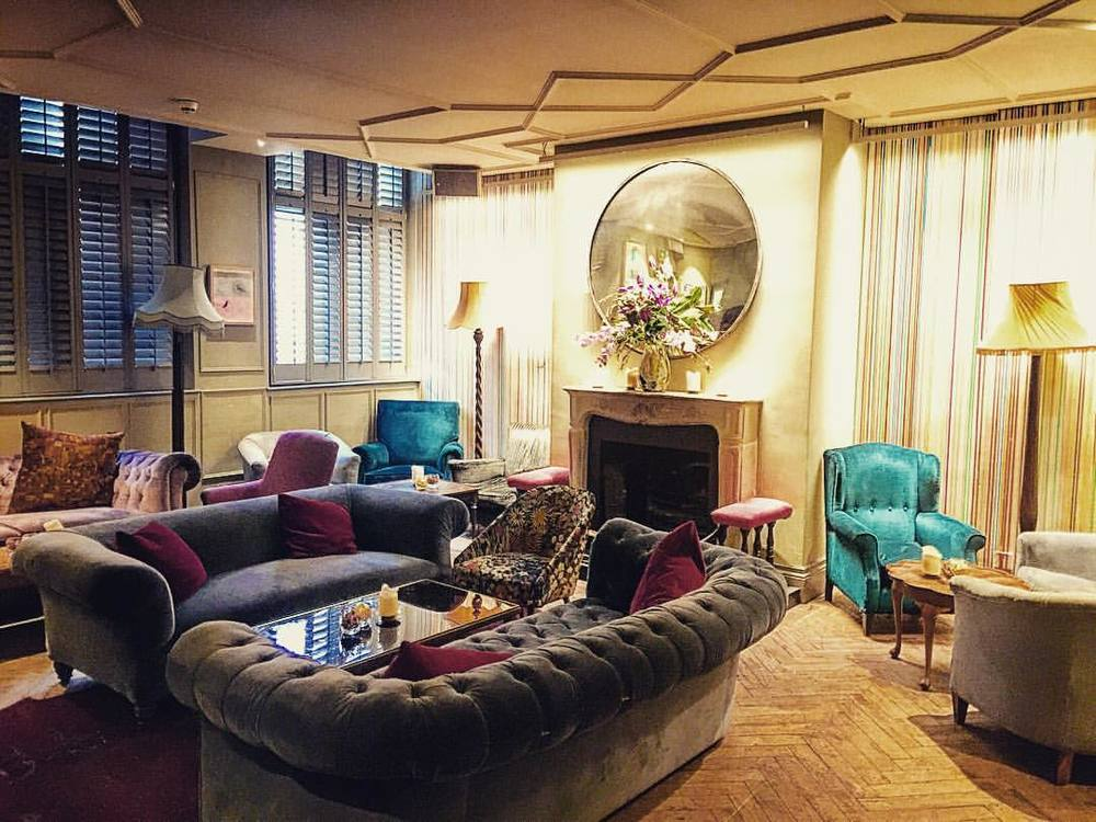 Sometimes the Brits do living rooms better 🐤👯🛋⭐️ ||  #thegroucho #london #inspo #livingroom #interiordesign #eclectic #style #design #soho #groucho #design #architecture #nyc #membersonly #openhouseny (at Groucho Private Members' Club)