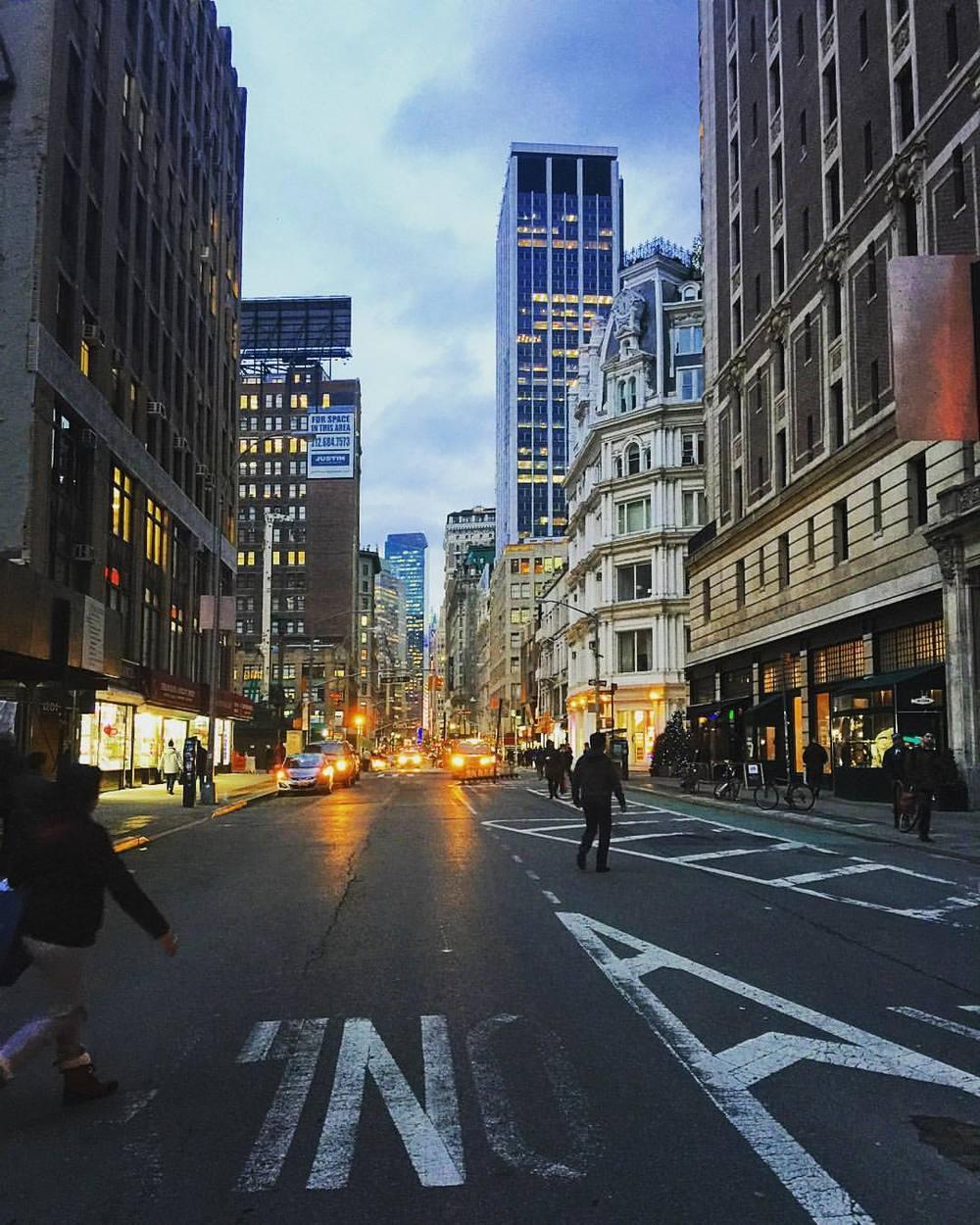 Dusk in NoMad 🌥🌕🌆  ||  #nyc #dusk #flatiron #nomad #gramercy #chelsea #iloveny #traffic #design #style #openhouseny  (at Nomad @ The Nomad Hotel)