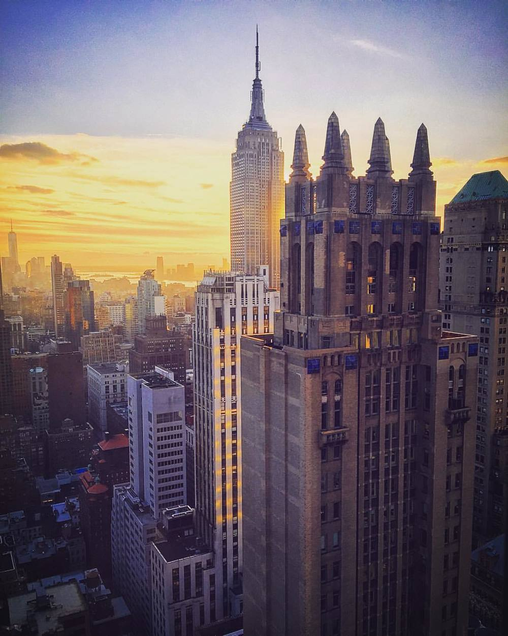 Sometimes this city just surprises you… 📸: from a random midtown office restroom 🚽😧🌇  ||  #surprise #nyc #sunset #iloveny #empirestatebuilding #empirestateofmind #manhattan #newyork #worldtradecenter #realestate #openhouse #inspo #openhouseny @tonysargentnyc #tonysargentknows #secretbathroomviews  (at Grand Central Terminal)