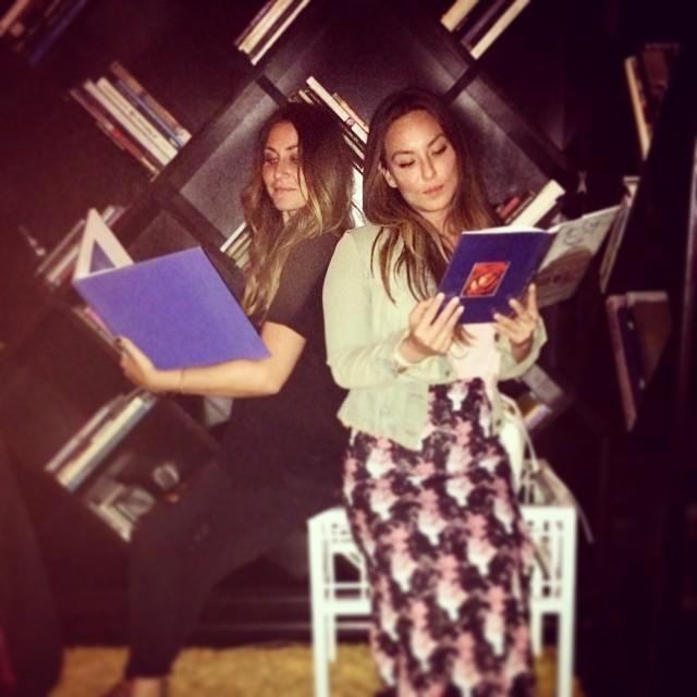 Being studious.📖 👓📜 @jaclynwetherbee #cubagoodingjr #badjabachelorette  (at Viceroy Santa Monica)