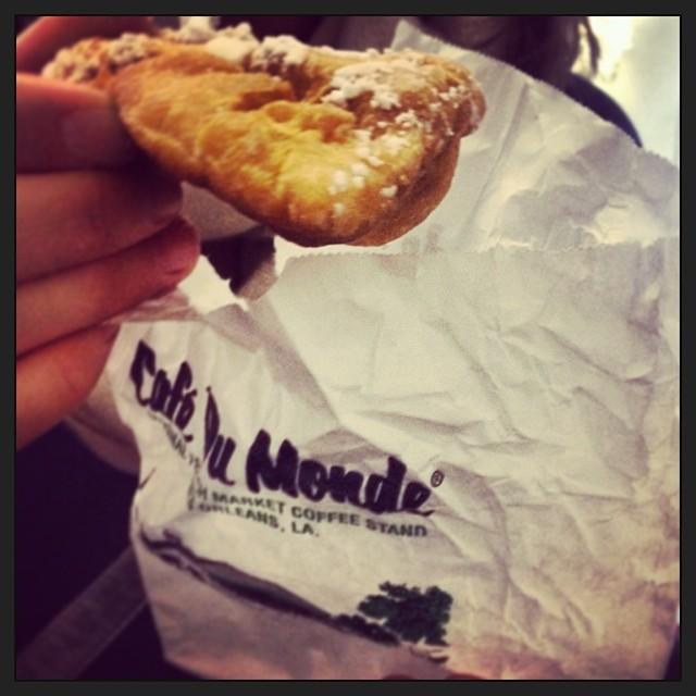 #Beignets are effing delicious @cafedumonde #pamapalooza #nola  (at Café Du Monde)