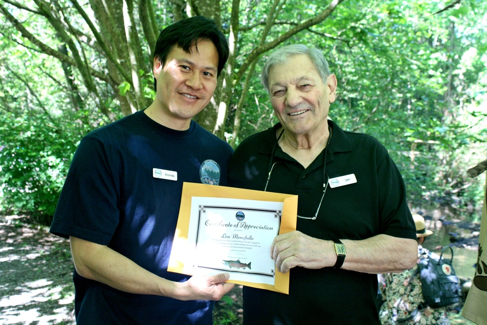 Hatchery manager, Rodney Lee presents Len Meneghello with a certificate of appreciation for his service to the Hoy-Scott Watershed Society. (Photo: Robbin Whachell / HSWS)