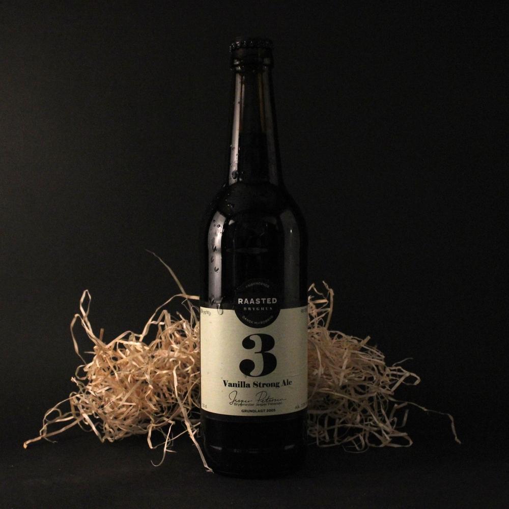 """No. 3 Vores American Strong Ale hælder imod den kraftige og mørke ende af genren. Brygget har en afbalanceret men markant bitterhed og en god fylde. En rigtig """"slow beer"""" hvor smagsbilledet rundes af med et tydeligt strejf af vanilje."""