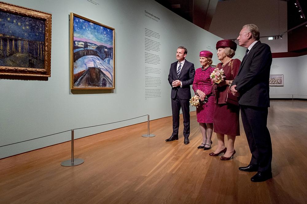 Princess Beatrix and Queen Sonja of Norway accompanied by Axel Rüger, the director of the Van Gogh Museum (l) and Stein Olav Henrichsen, the director of the Munch Museum Oslo (r), next to The Starry Nights. Photo: Jan-Kees Steenman