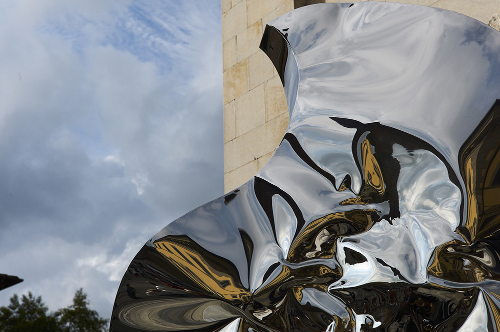 "Helidon Xhixha, Mirror polished stainless steel sculpture ""Oceano"", 2014"